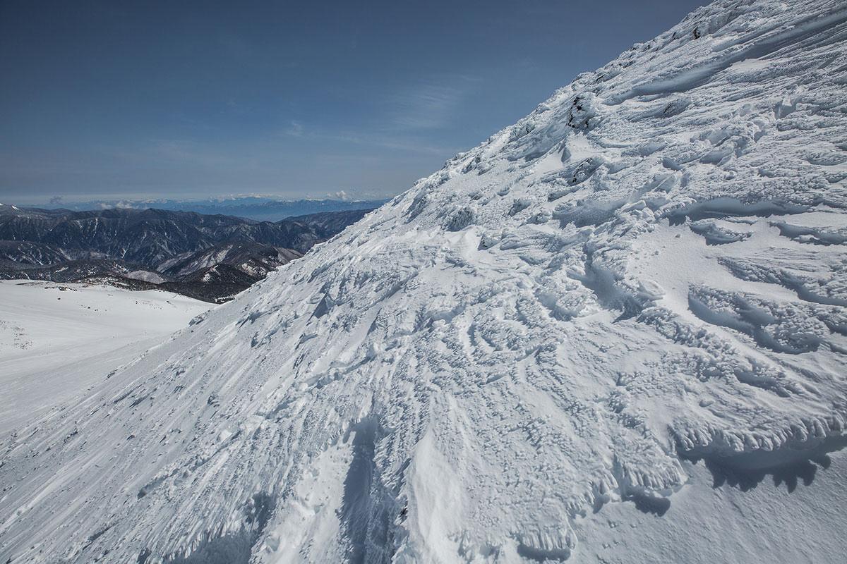 【乗鞍岳 Mt.乗鞍スノーリゾート】登山百景-雪がえぐられているよう