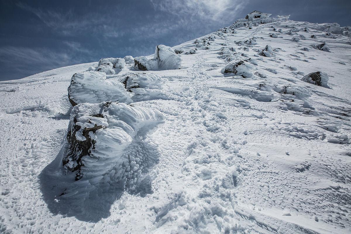 【乗鞍岳 Mt.乗鞍スノーリゾート】登山百景-岩に雪が付着している