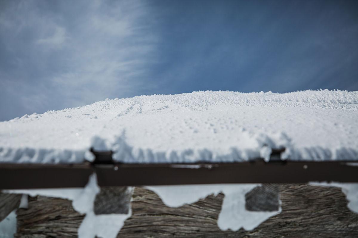 【乗鞍岳 Mt.乗鞍スノーリゾート】登山百景-屋根にも雪の突起