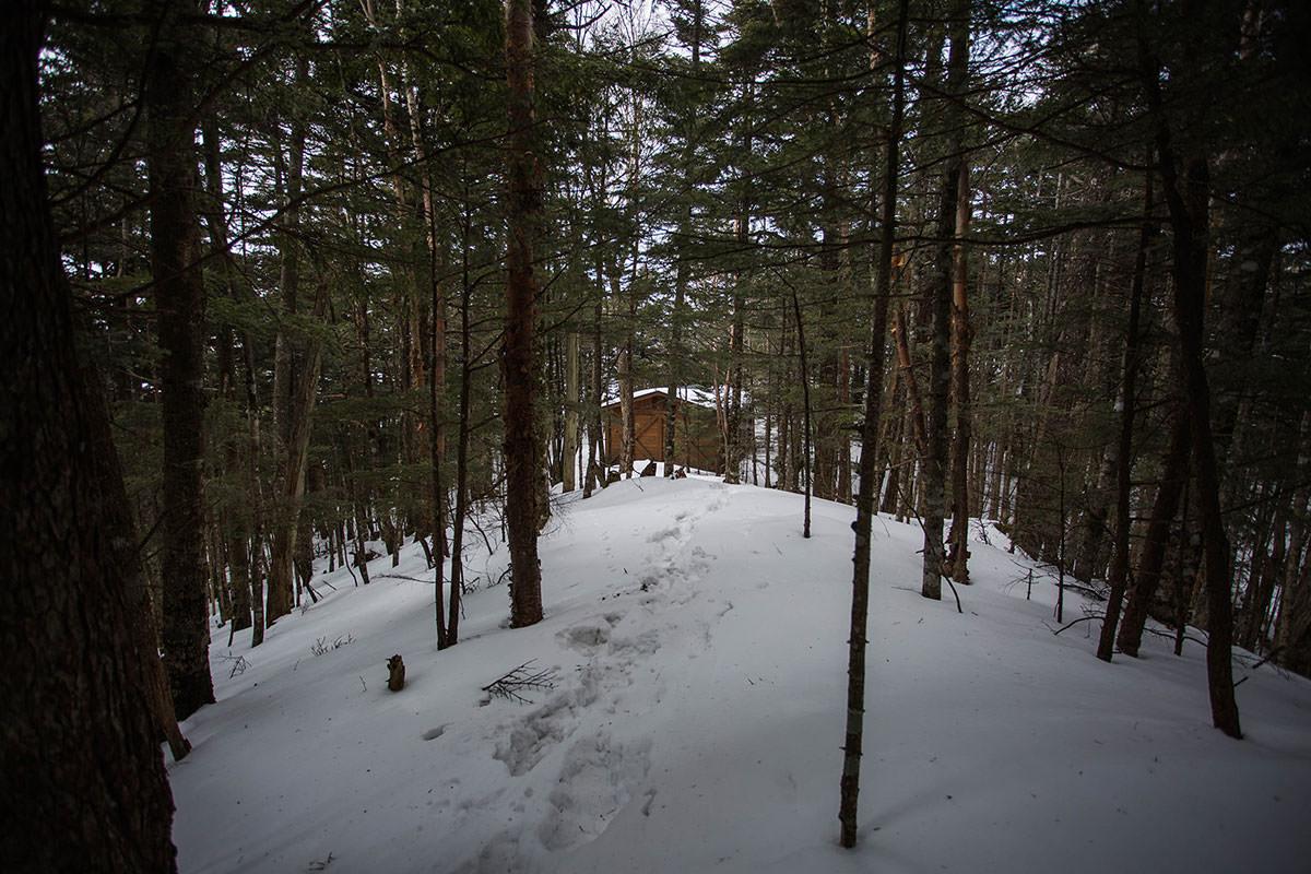 【御座山】登山百景-避難小屋が見えた