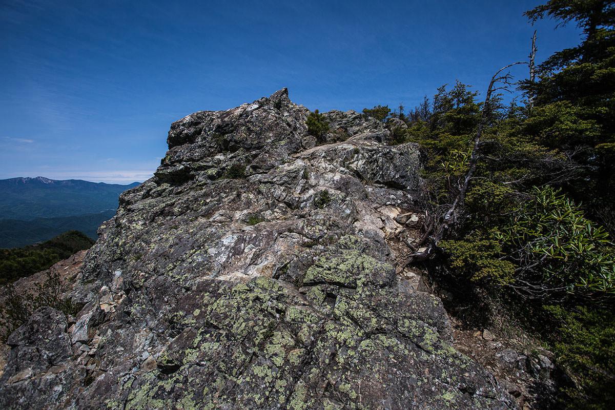 御座山-岩場を登る