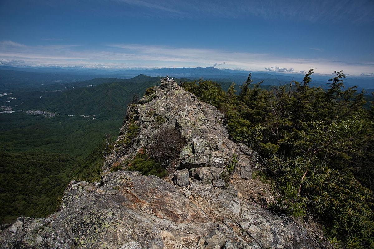 御座山-山頂の標はそこ