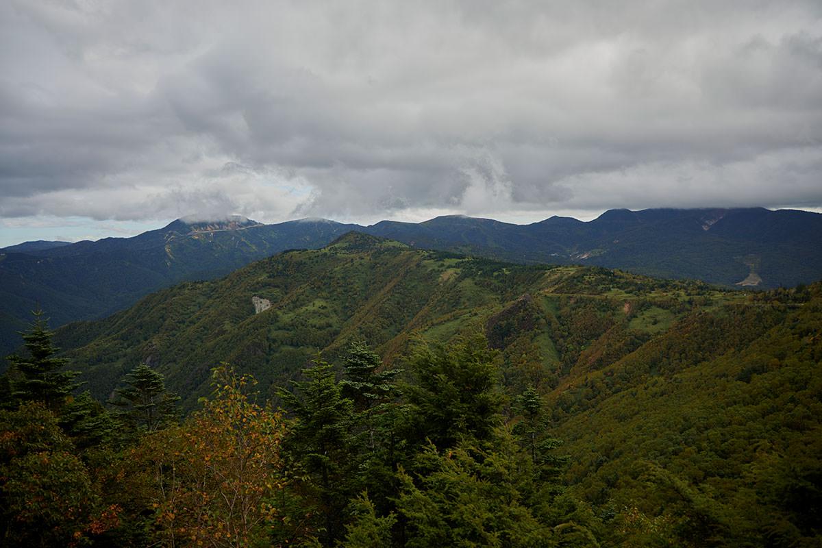老ノ倉山-厚い雲がかかっている渋峠と白根山