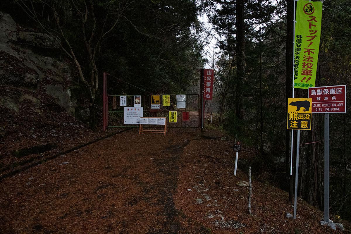 このゲートを通って登山開始