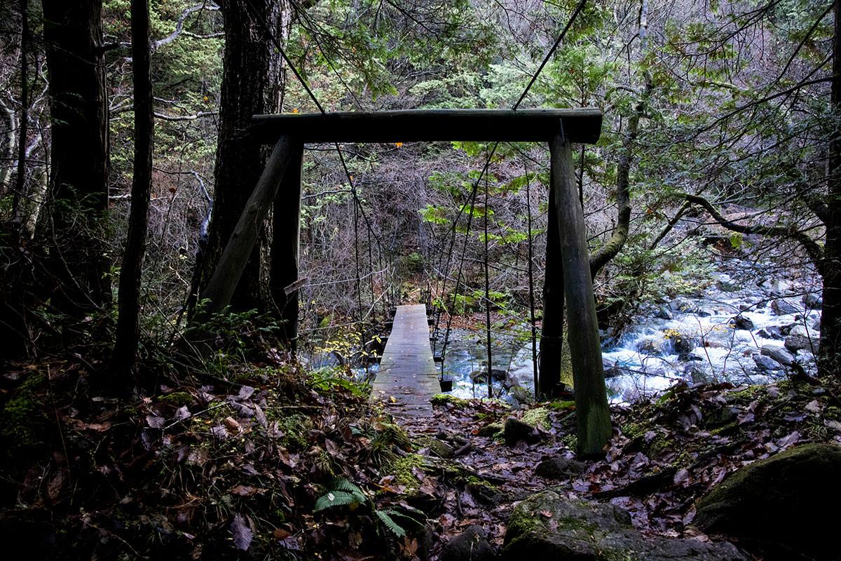 吊り橋を渡って沢を越える