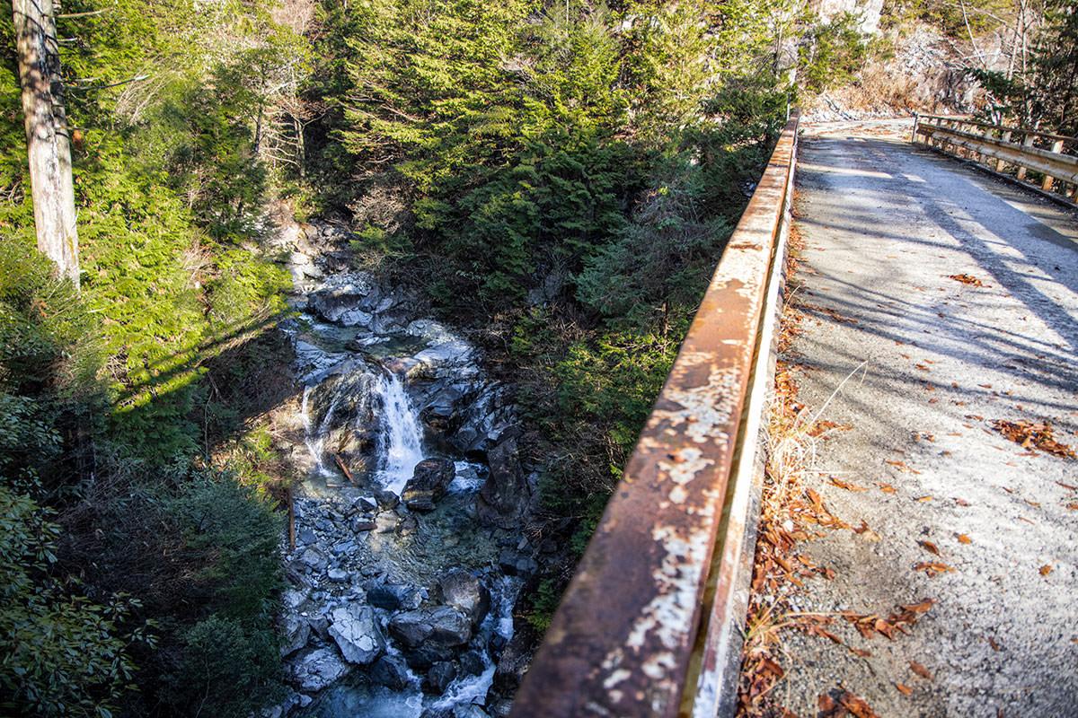 橋が架かった沢は綺麗な水が流れていた