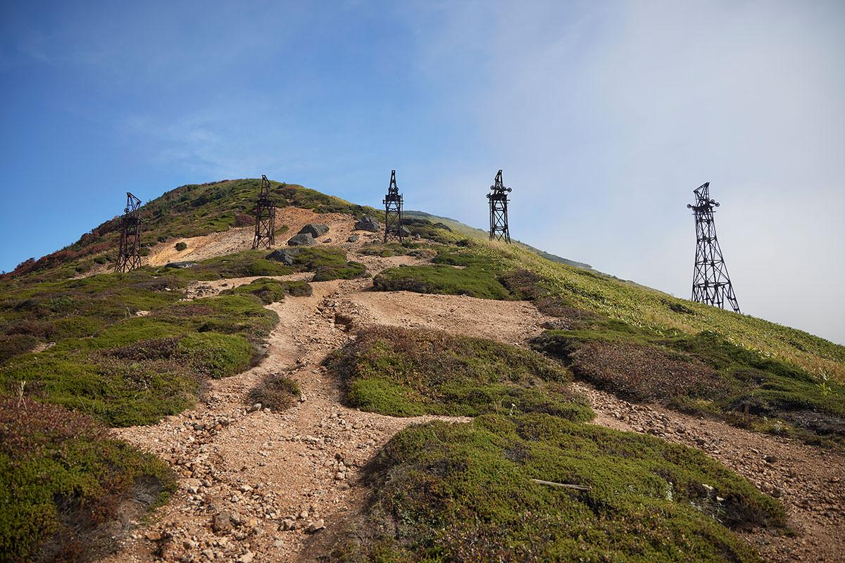 御飯岳-さっそく鉄塔の脇を通って登り坂