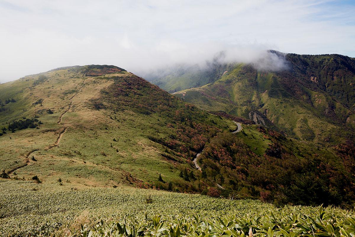 御飯岳-登りながら毛無山と破風岳を見る