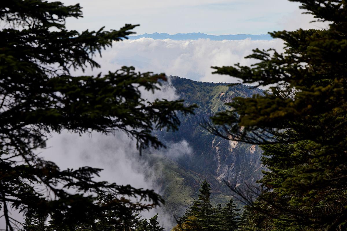 御飯岳-雲の向こうに小さく槍ヶ岳が見える