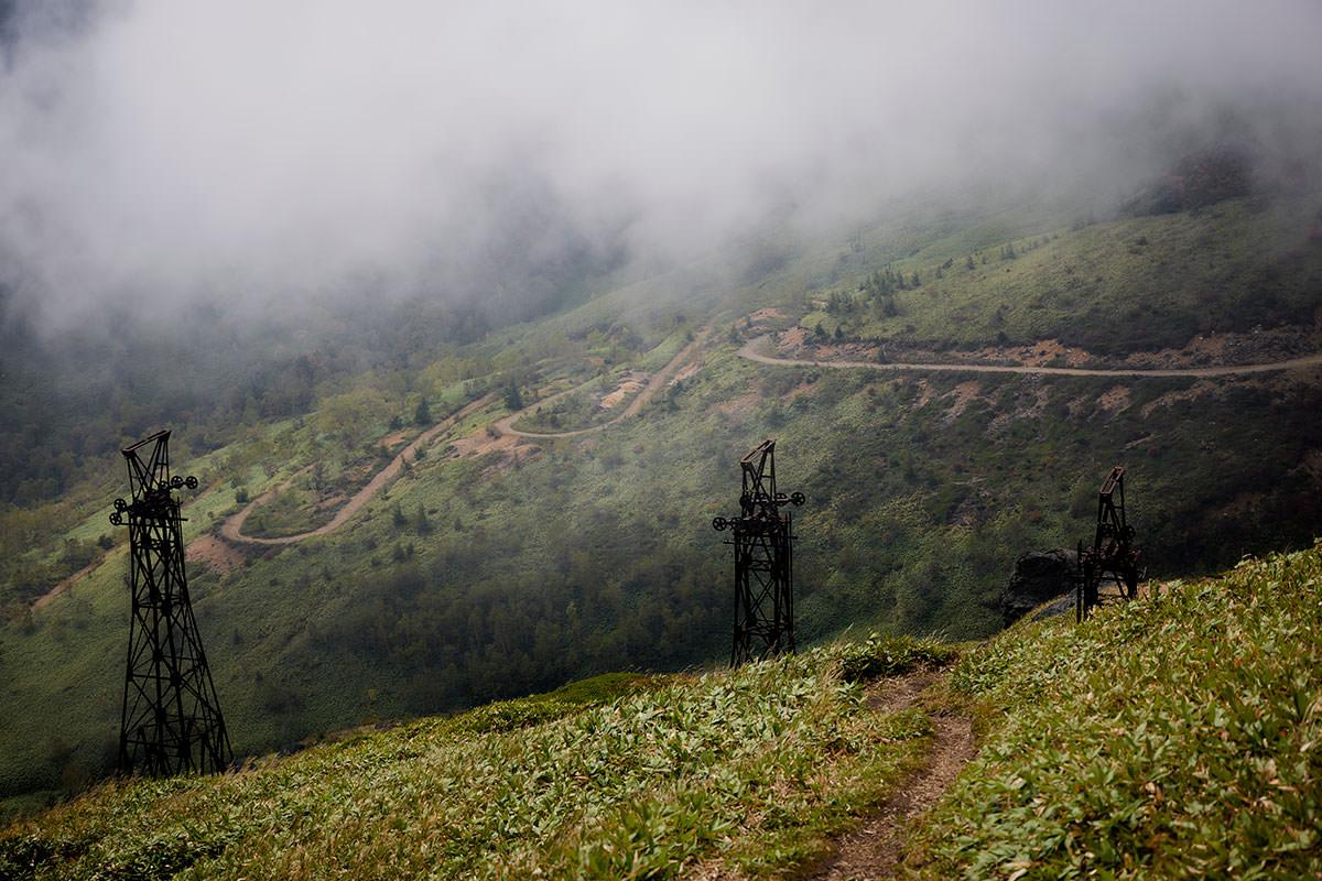 御飯岳-鉄塔の向こうには廃鉱へと下りる道路