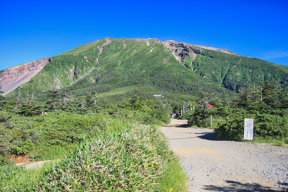 【御嶽山】登山百景-正面に御嶽山が聳える