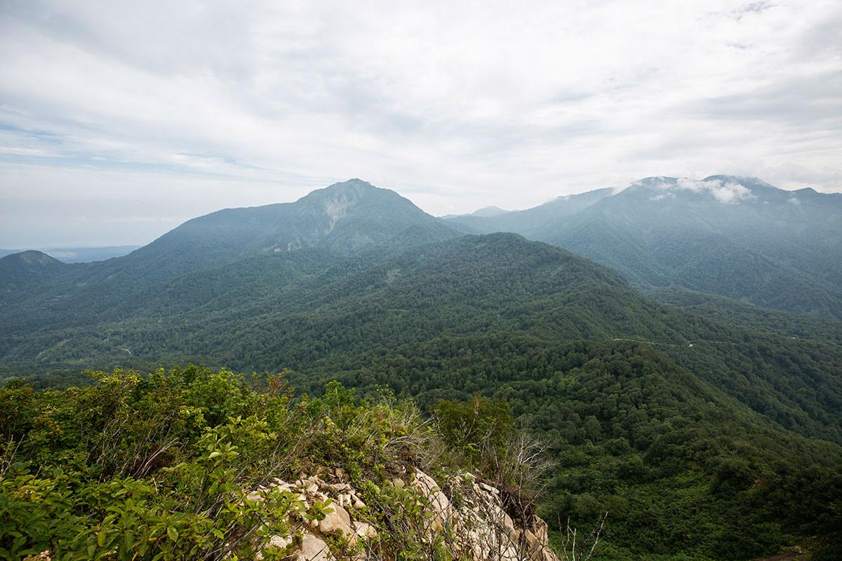 東峰からの雨飾山
