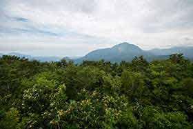 展望台から雨飾山