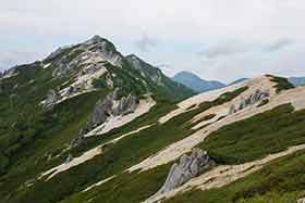 振り返ると燕山荘の嶺