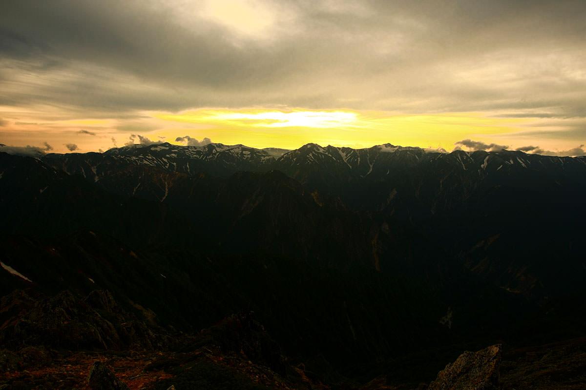 【大天井岳】登山百景-空が明るくなってきた