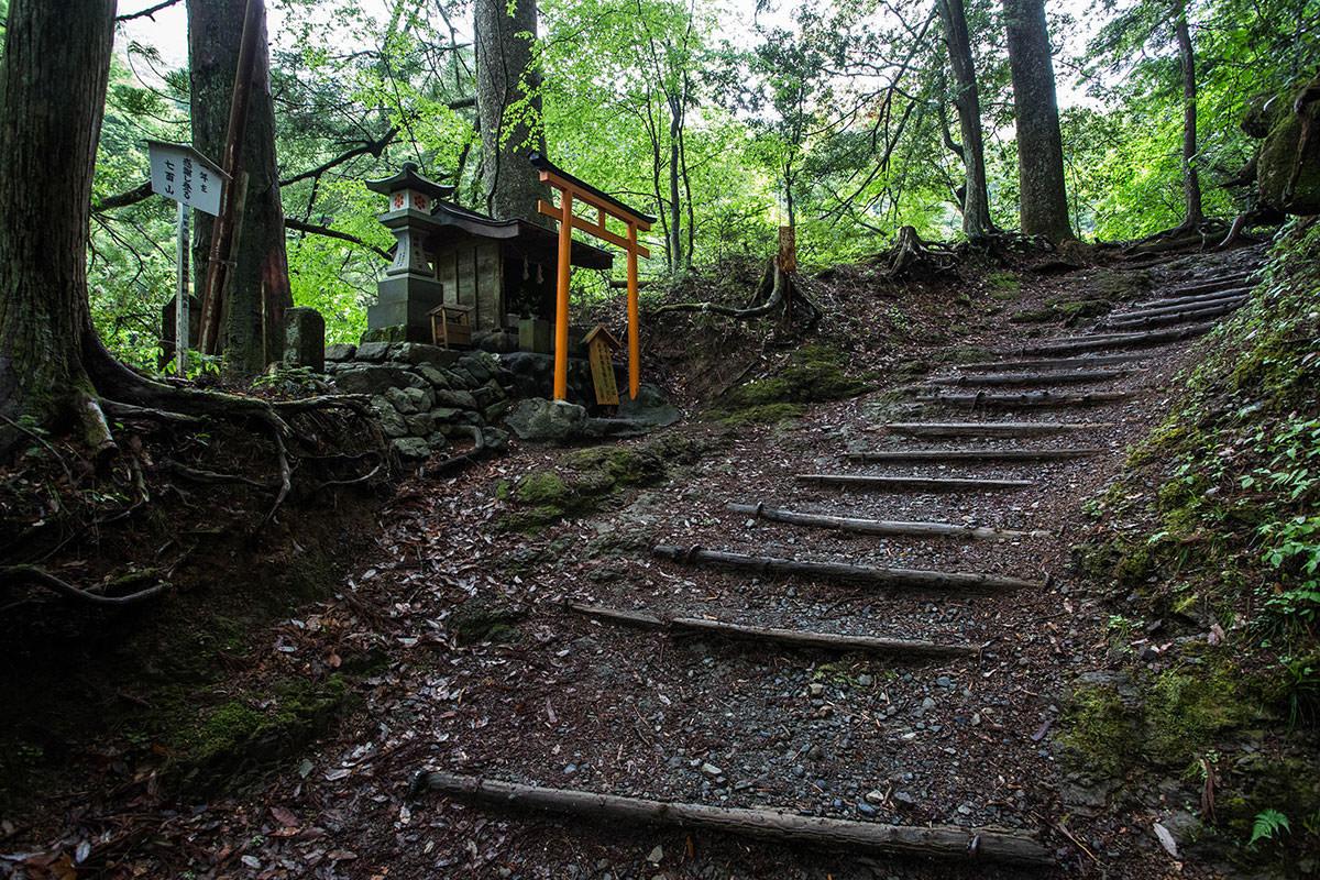 【七面山】登山百景-序盤から祠がある