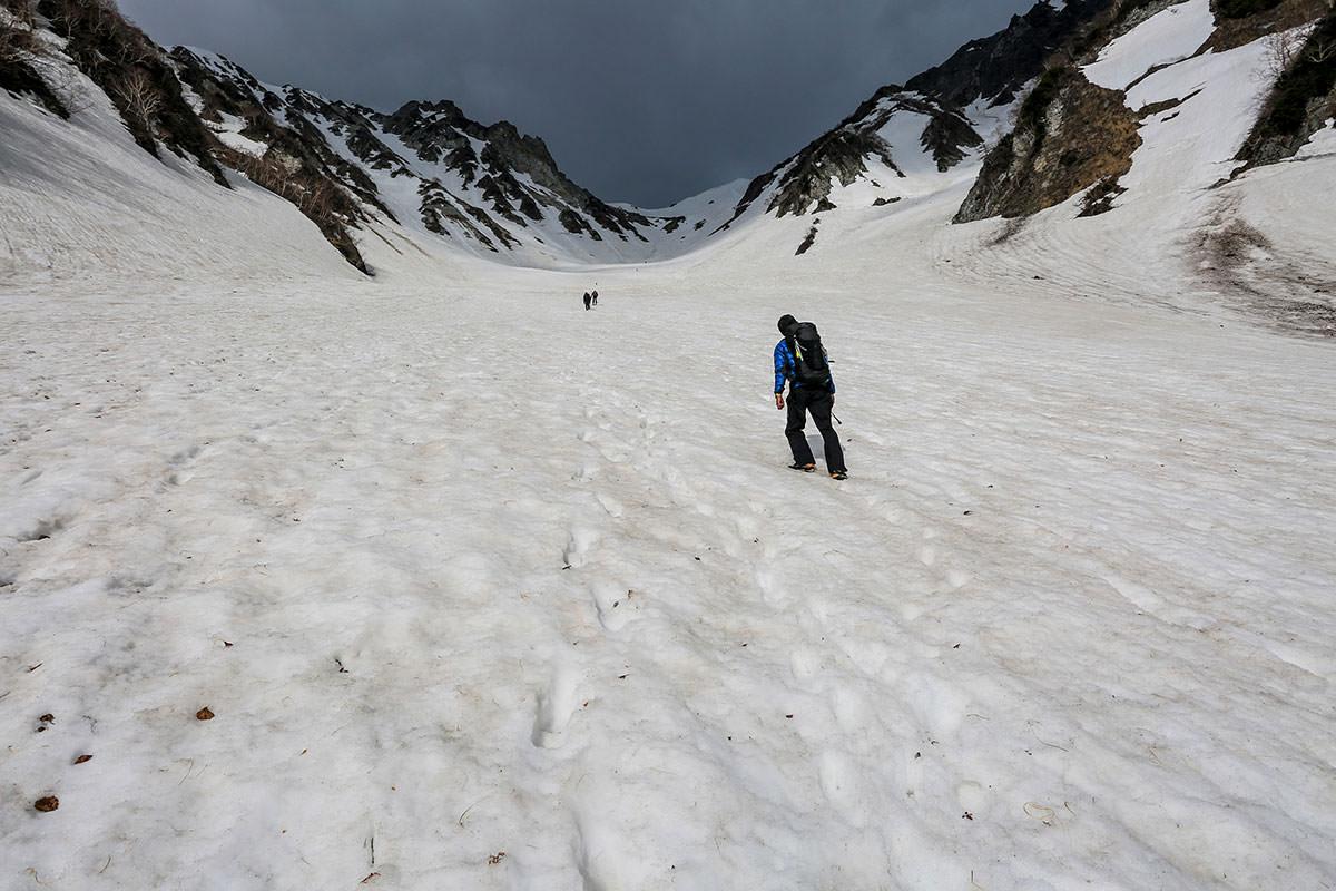 風の吹く雪渓を登っていく