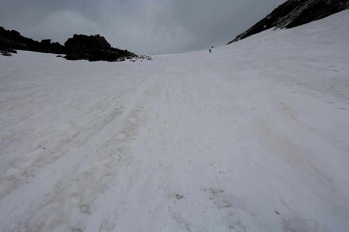 白馬岳山頂へ右側のルートを通る