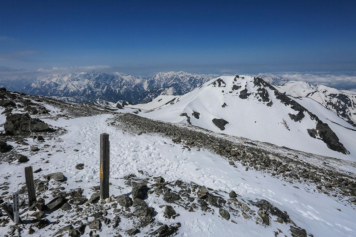 登山ルートを振り返ると剱岳・立山方面