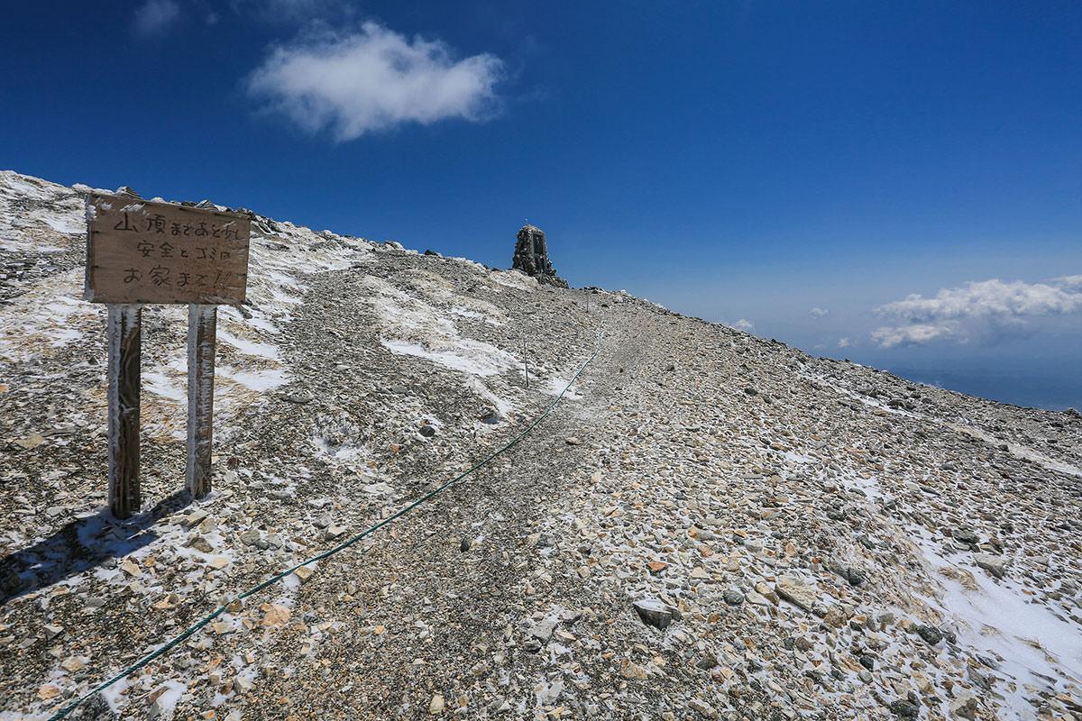 山頂の下には松沢直次郎のレリーフ