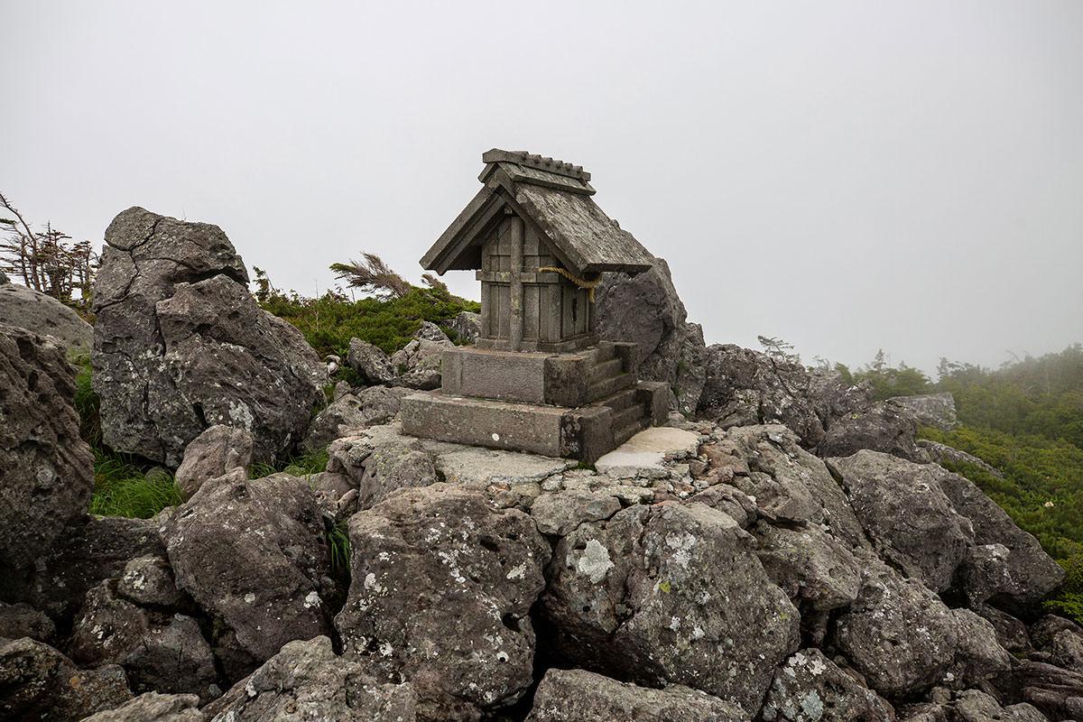 【白馬岳 栂池自然園】登山百景-石の祠があった