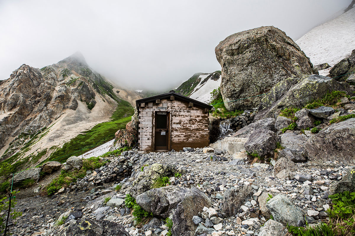 【白馬岳 栂池自然園】登山百景-避難小屋の横には巨石