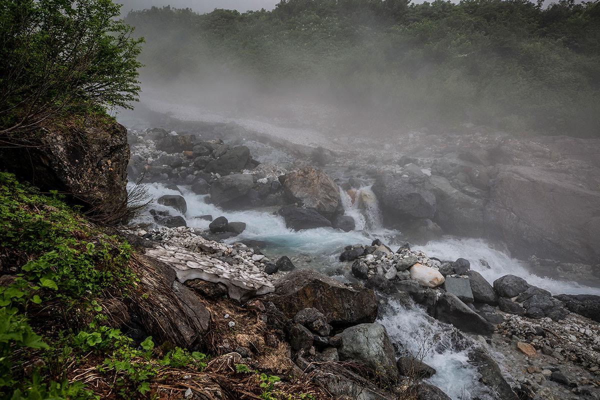 【白馬岳 栂池自然園】登山百景-雪渓の下から水が流れてる