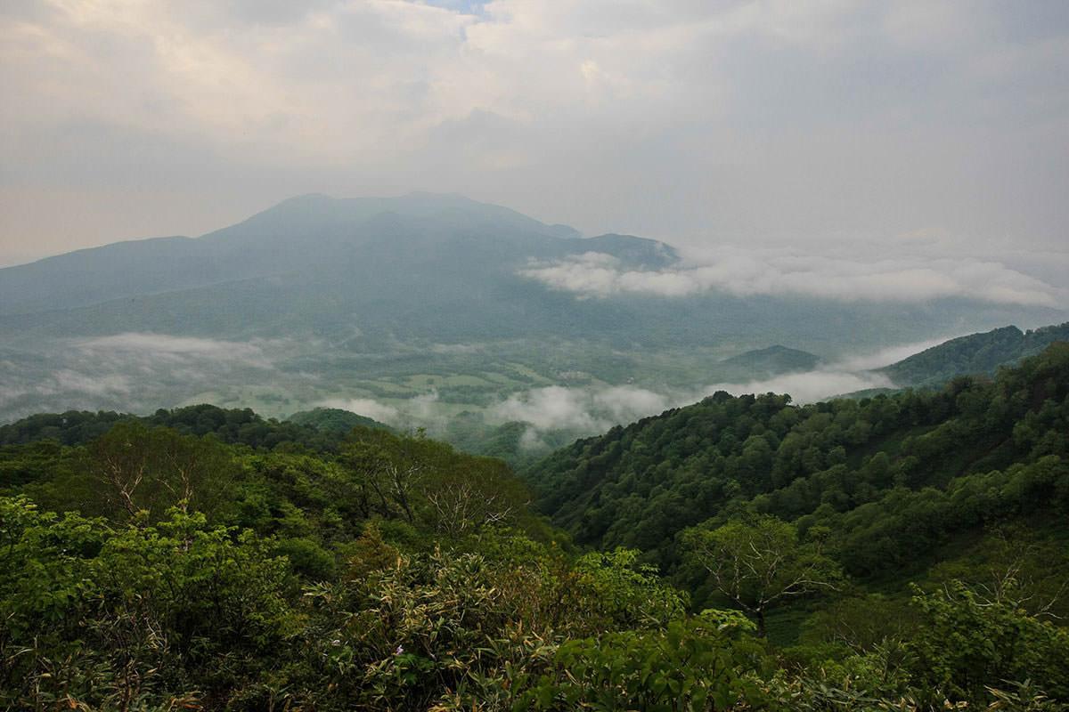 うっすらと飯縄山。