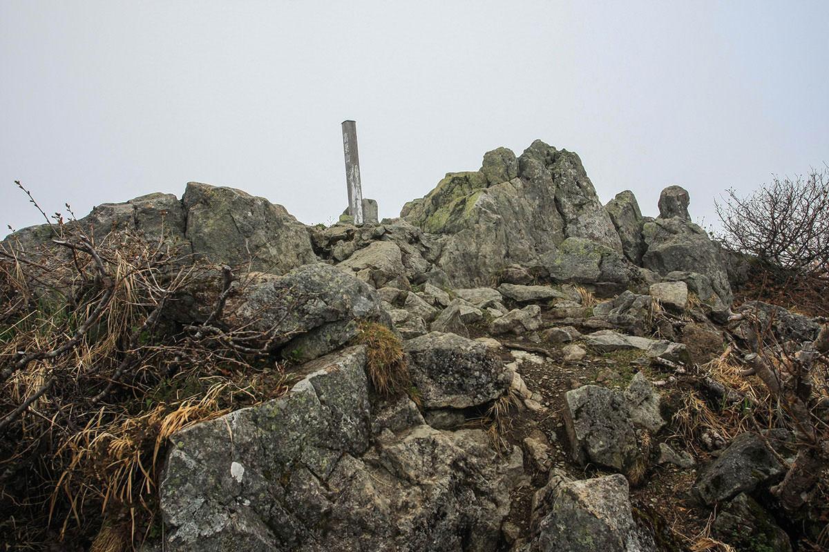山頂は岩場