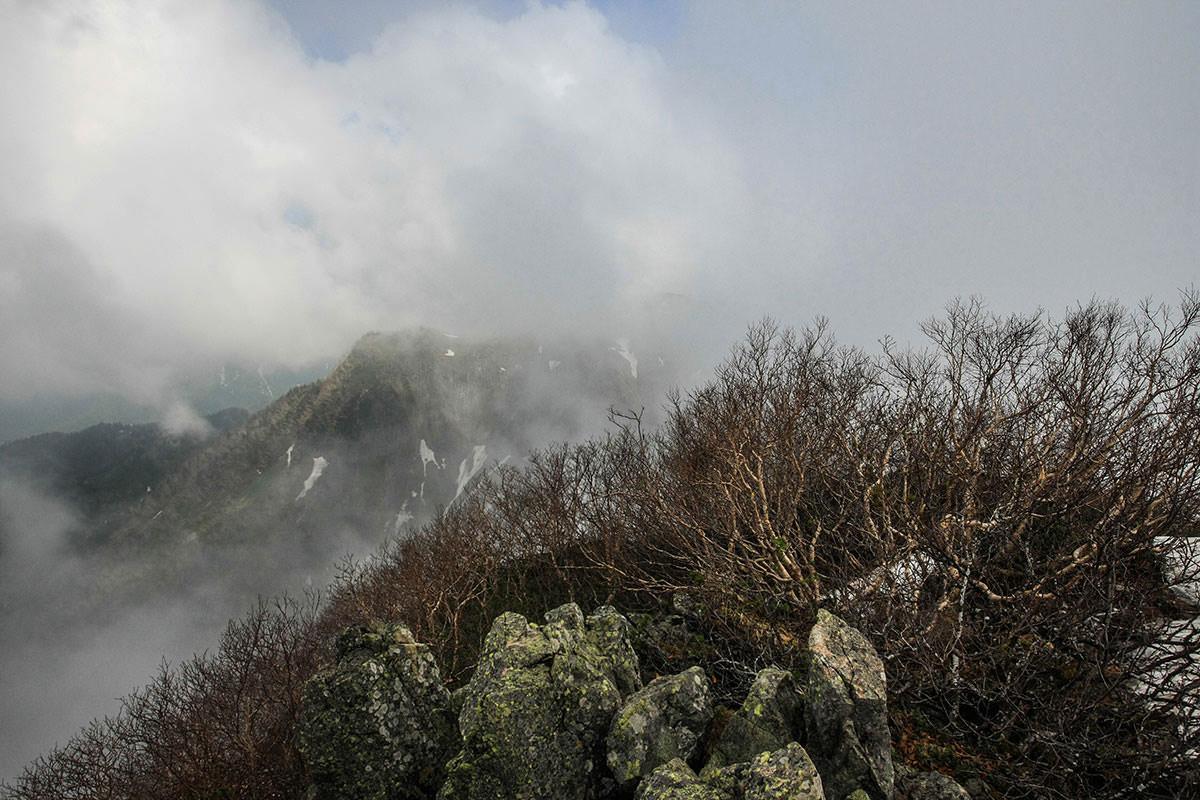 雲の向こうに乙妻山