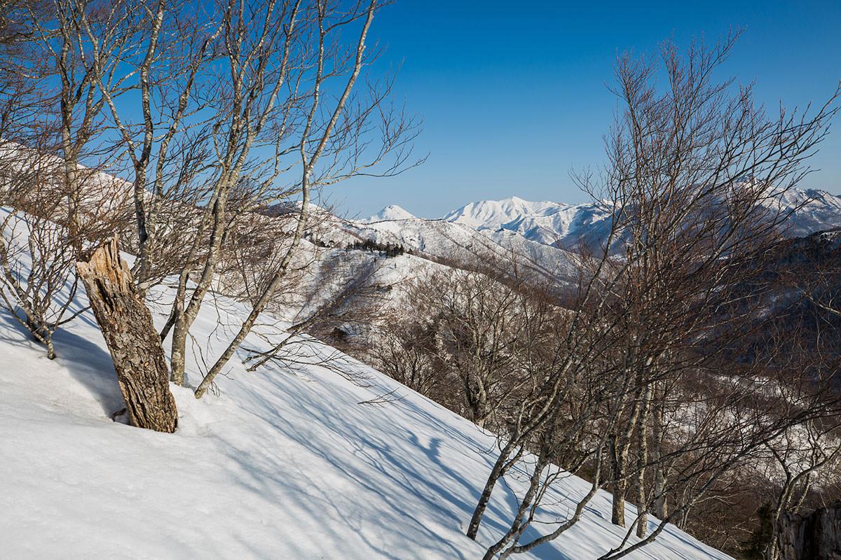 【高妻山 弥勒尾根新道】登山百景-焼山は真っ白