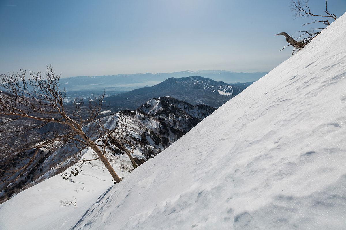【高妻山 弥勒尾根新道】登山百景-左手の斜面と飯縄山