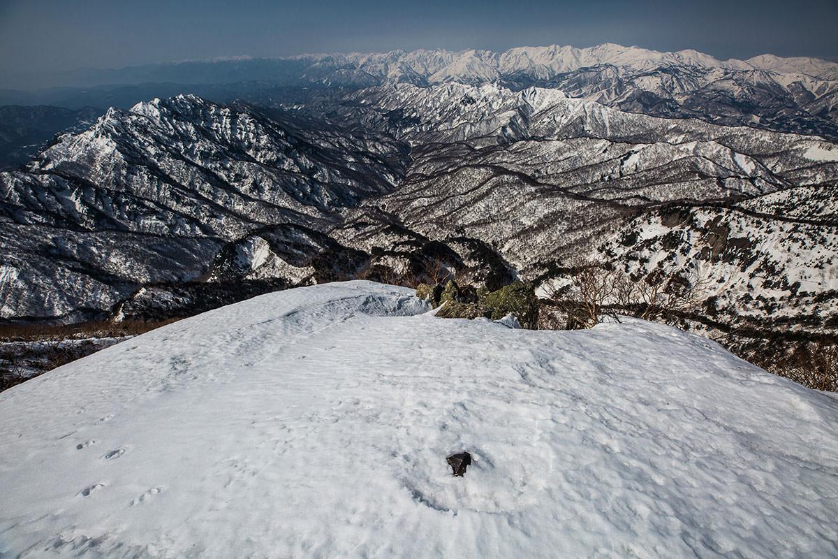 【高妻山 弥勒尾根新道】登山百景-山頂の標は埋まっている