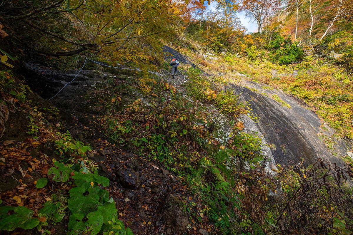 まずは2mほど岩を登る