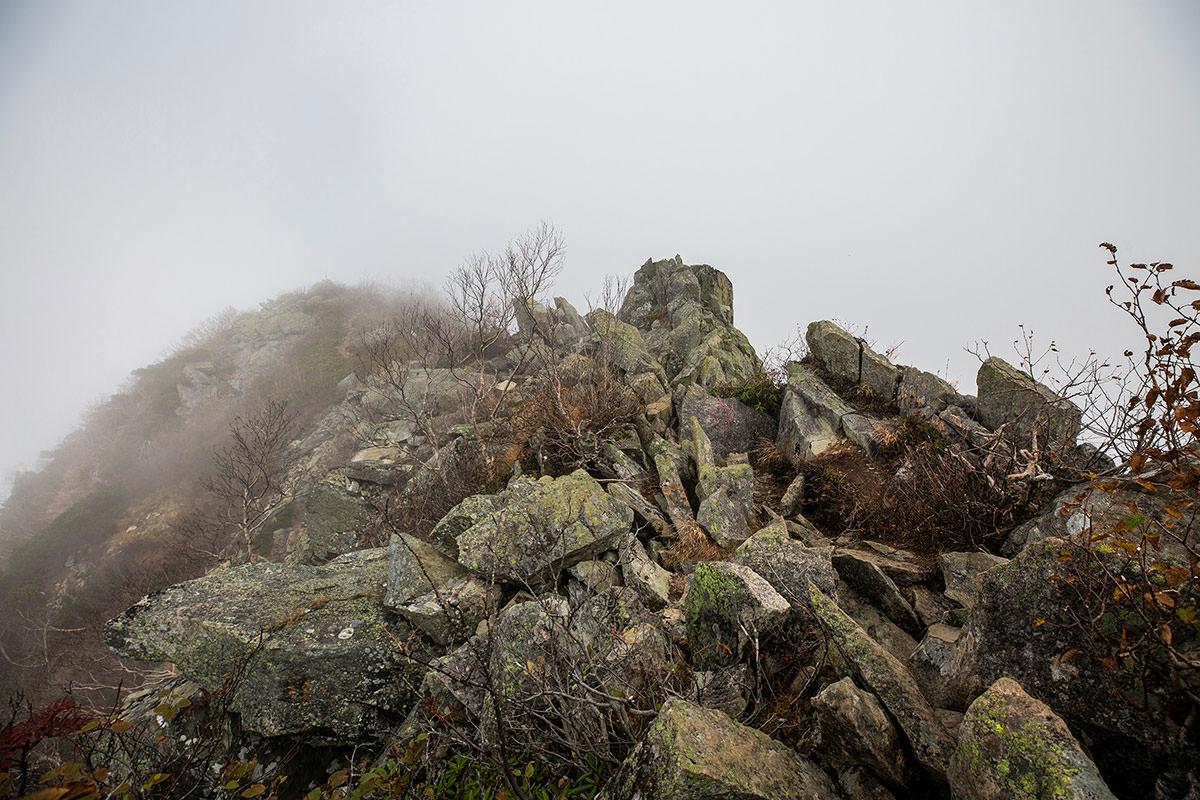 山頂へ岩が続く
