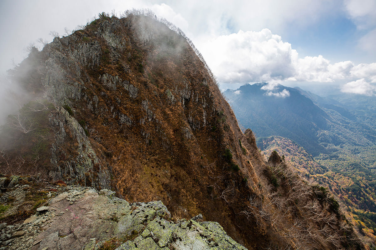 高妻山の東側はゴツゴツ