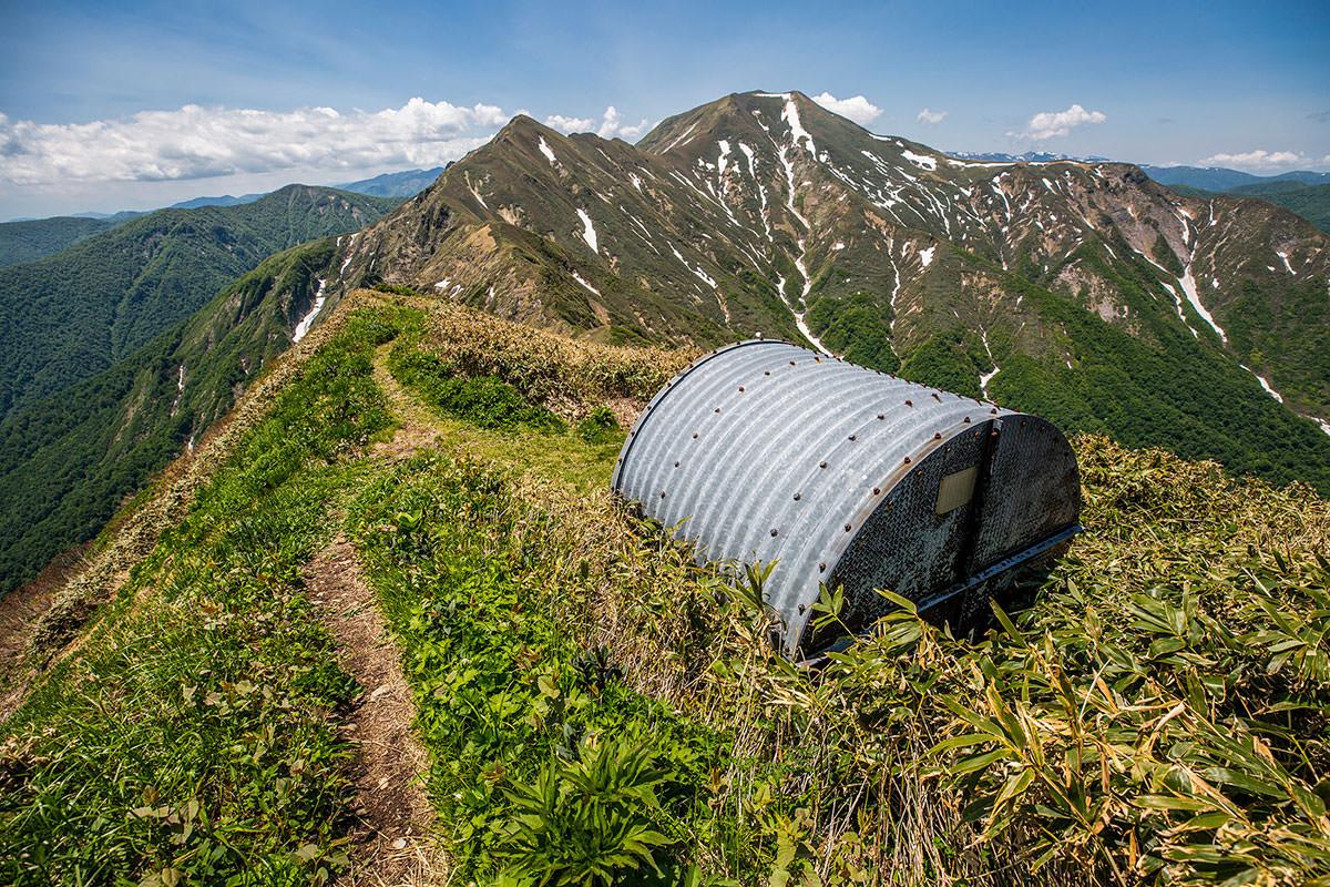 万太郎山の避難小屋