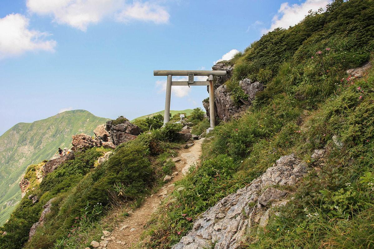 【谷川岳】登山百景-一ノ倉沢岳方向に鳥居