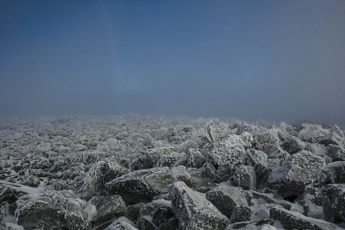 凍った岩だけが広がる