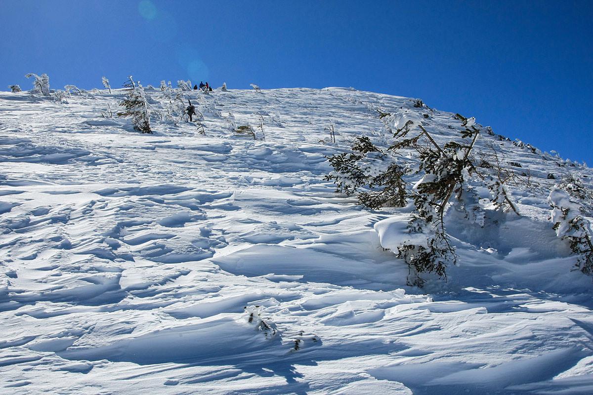 行く手は固い雪の斜面