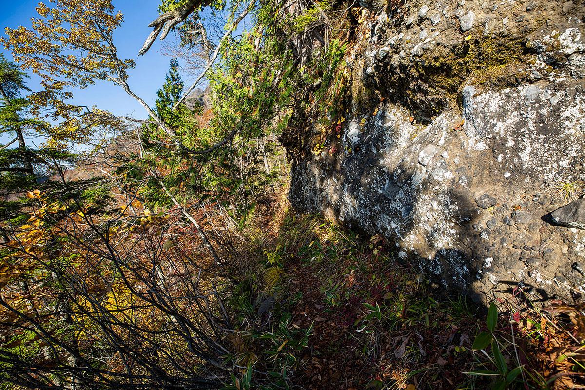 【戸隠西岳】登山百景-岩の横を通る