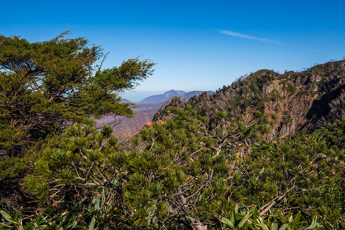 【戸隠西岳】登山百景-左側には雨飾山
