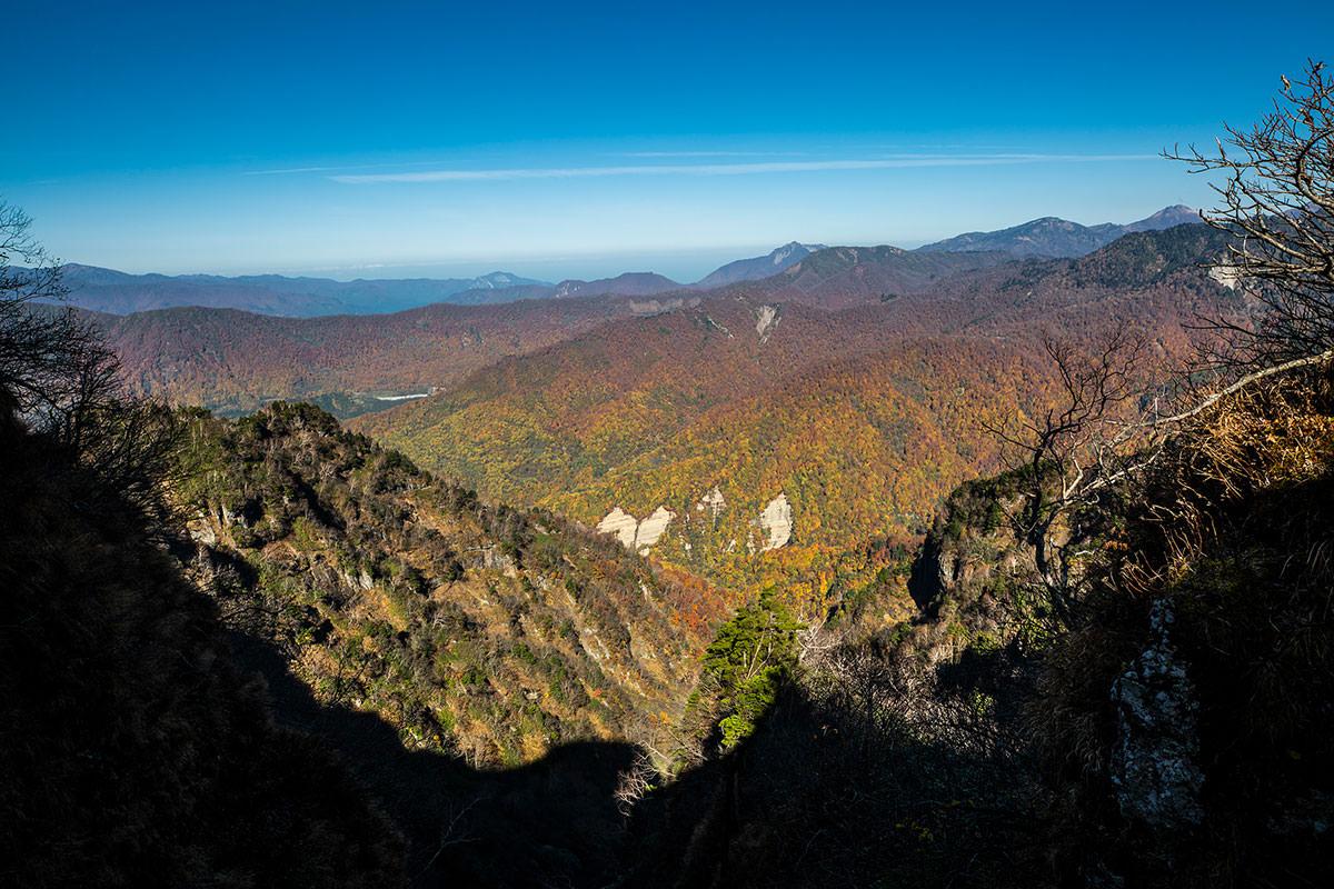 【戸隠西岳】登山百景-鎖場を下りてからの紅葉