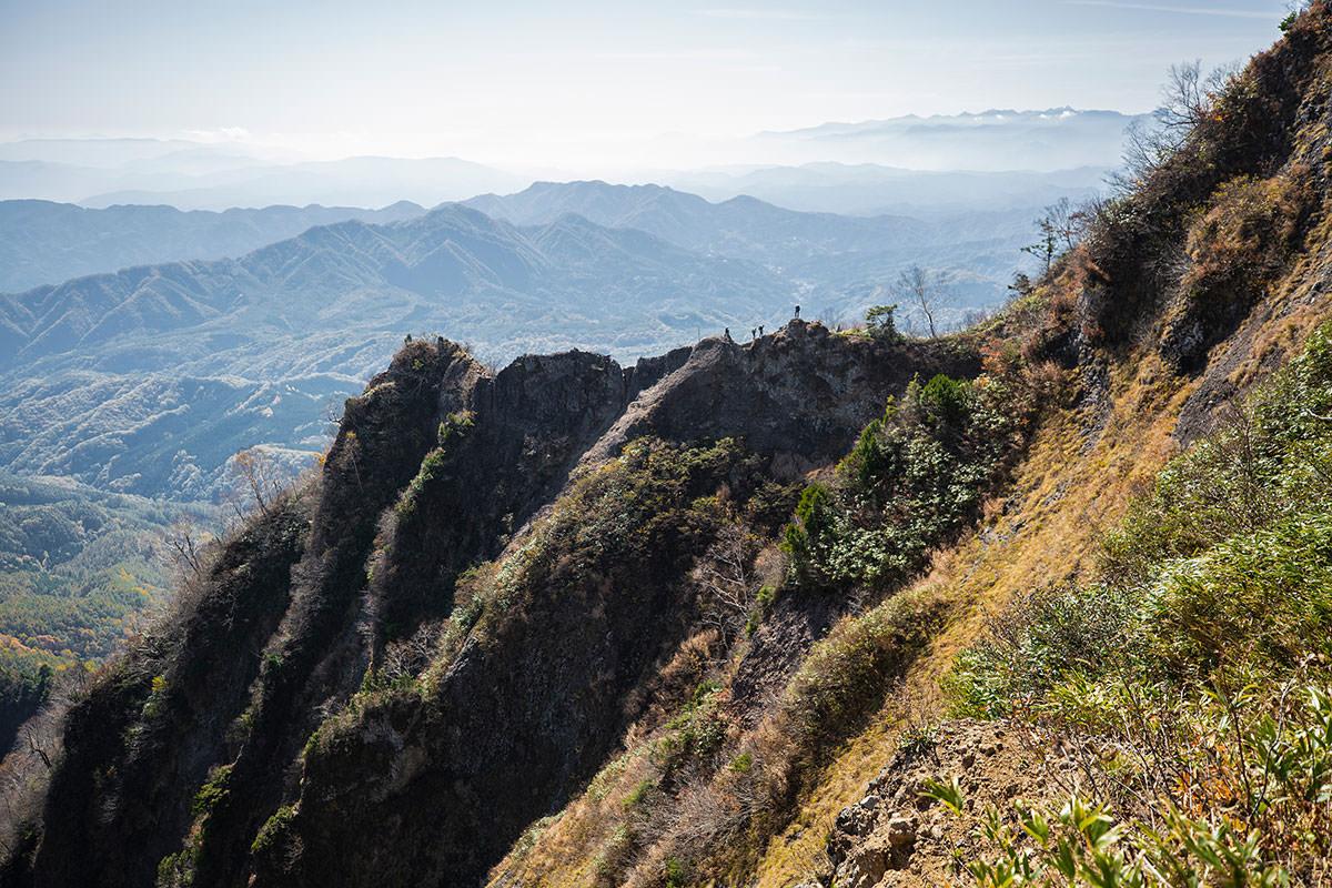 【戸隠西岳】登山百景-蟻の塔渡りに人がいる