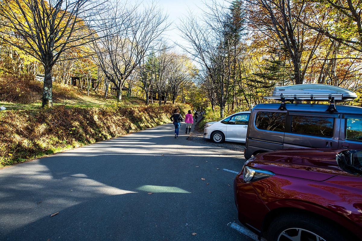 【戸隠西岳】登山百景-鏡池は人も車もいっぱい