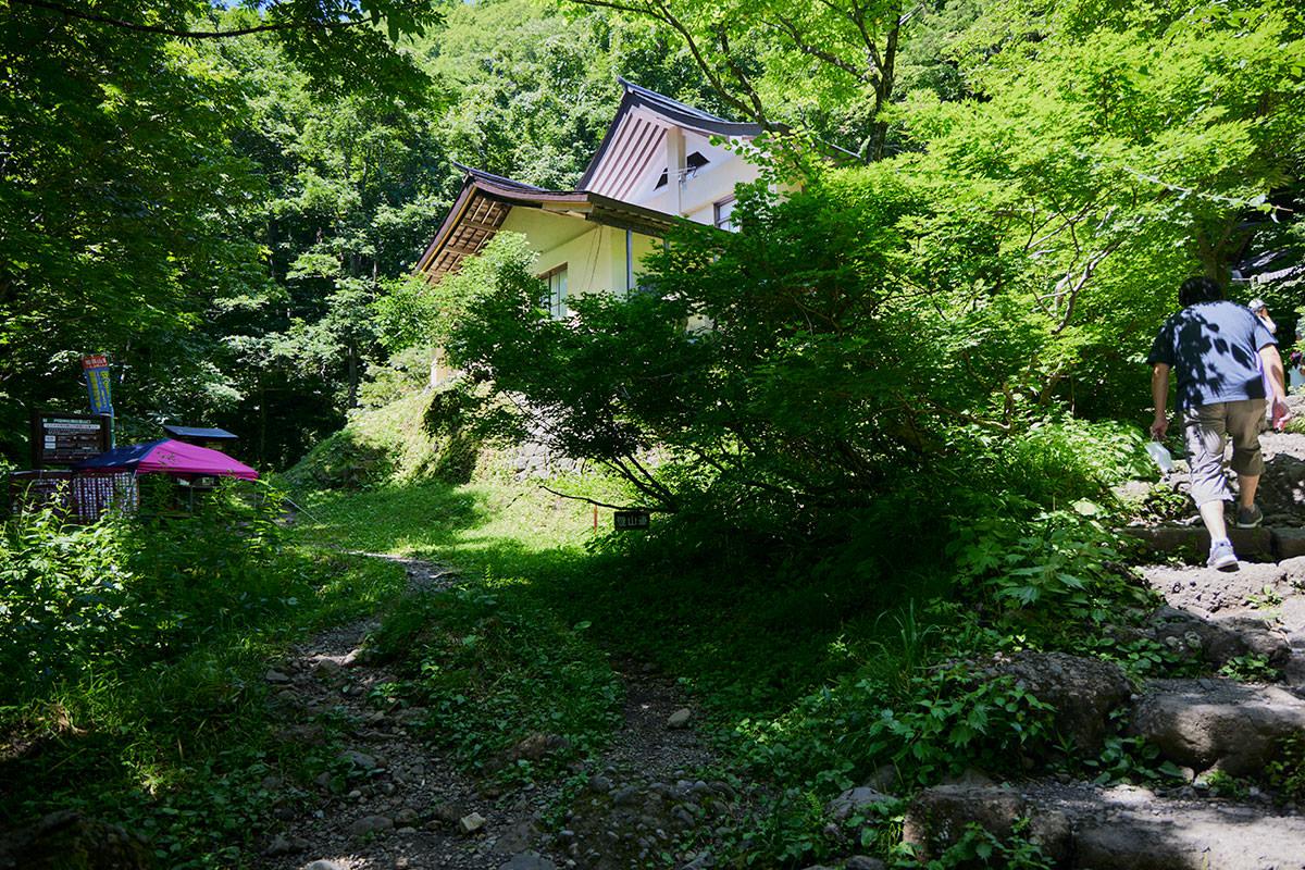 戸隠山-奥社の社務所下に登山口