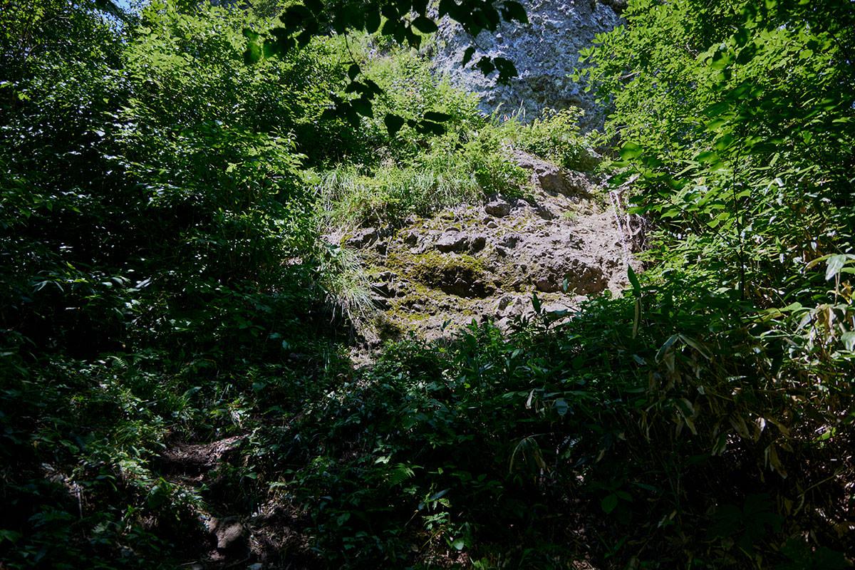 戸隠山-ふたつめの鎖場で岩壁の下へ登る