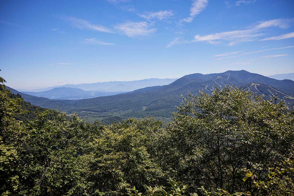 戸隠山-木が開けて飯縄山がよく見える