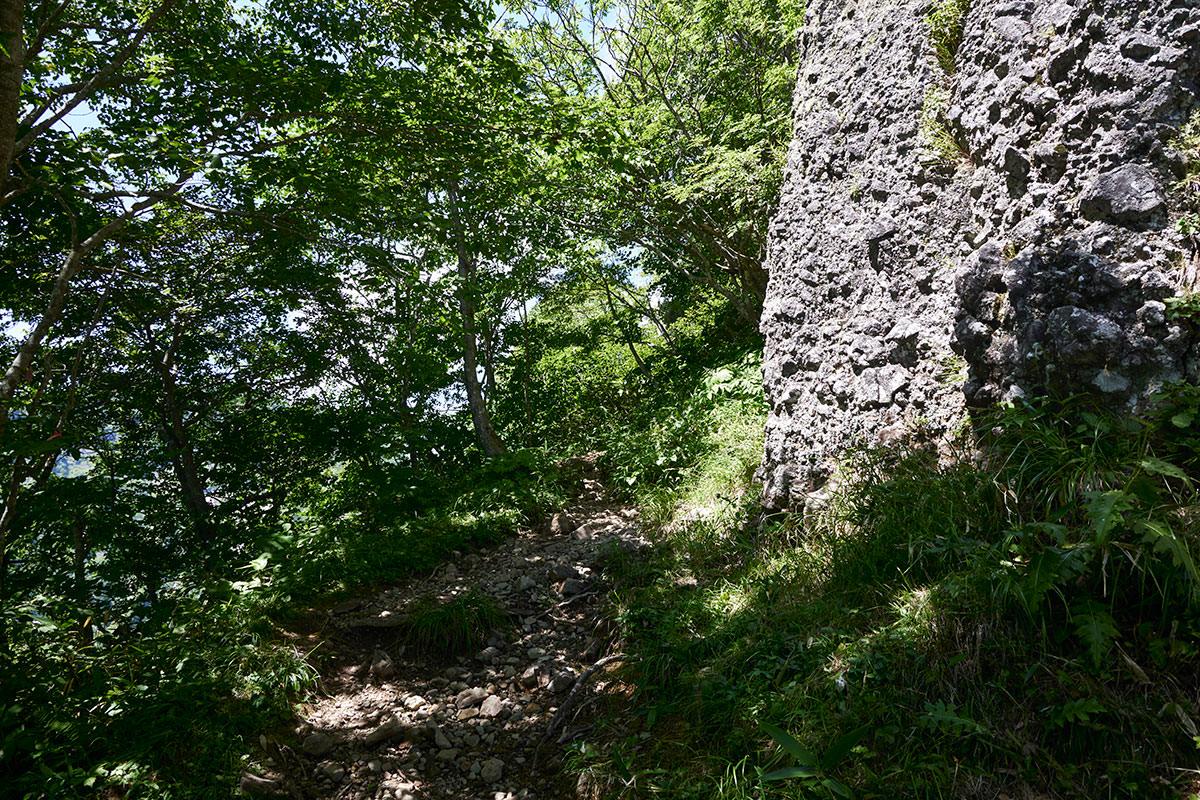 戸隠山-岩壁を巻くように進む