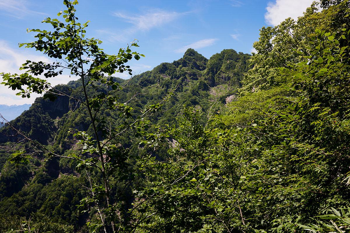 戸隠山-向こうに西岳が見えてきた